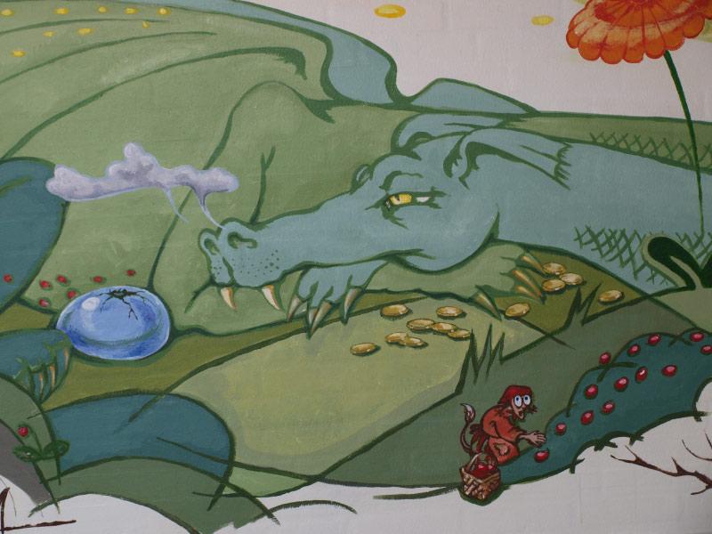 Vægmaleriet her er fra et stille-sanse-rum i en børnehave. Naturens lyse grønne og himlens blå farver fylder meget i billedet for at udnytte den beroligende effekt.
